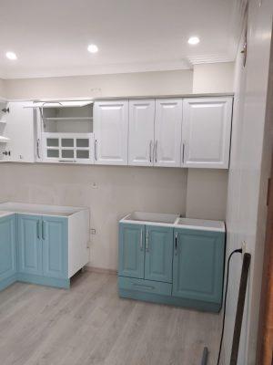 Beyaz ve Su Yeşili Mutfak Dolabı